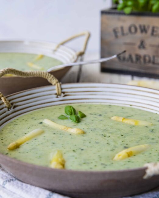 Witte aspergesoep is voor mij een echte lentesoep. Met deze lichte romige soep proef je de zon en de verse kruiden.