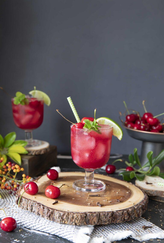 Kersenmocktail met kruidnagelen anijszaadjes