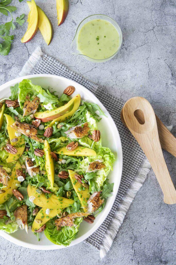 Salade met mango, gerookte makreel en avocado dressing