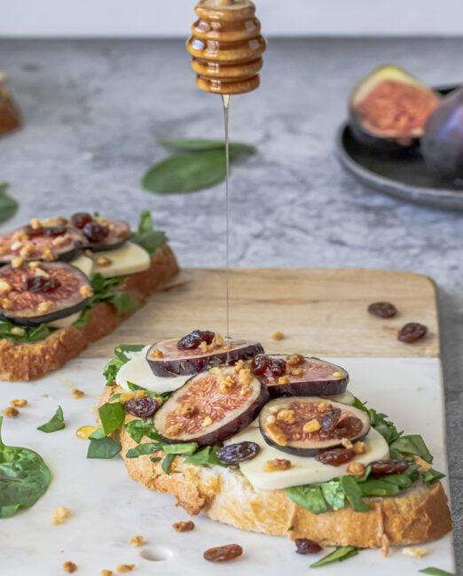 Toast met spinazie, munt, Mozzarella en vijgen