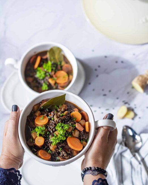 Maaltijdsoep van zwarte linzen, pompoen, wortel en gember